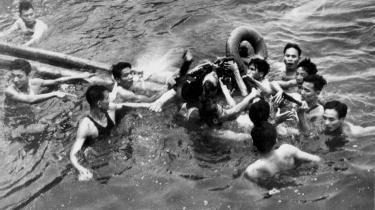 Billedet viser angiveligt John McCain blive reddet op af Truc Bach-søen af nordvietnamesere, efter at hans fly er blevet skudt ned. Som krigsfange blev McCain tortureret til en falsk tilståelse, men under valgkampen har han blødt op på sin torturmodstand.