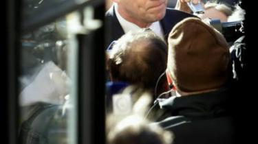 Den finske premierminister siden 2003, 52-årige Matti Vanhanen, rider på en uventet bølge af popularitet hos vælgerne, efter at det mislykkedes ham at stoppe en såkaldt kiss and tell-bog fra sin tidligere kæreste