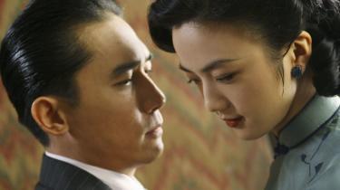 Forventninger. Spionen Wong (Tang Wei) skal forføre embedsmanden og kollaboratøren hr. Yee (Tony Leung). Men efterhånden bliver man i tvivl -bliver hun forelsket, eller spiller hun bare. Leger han med hende, eller er det ægte kærlighed?
