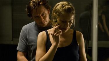 Psykodrama. Trine Dyrholm i rollen som danseinstruktøren Annika, der forelsker sig i den tavse, mystiske Lasse, er helt rigtig. Men Anders W. Berthelsens Lasse-figur med det sammensnørende sjæleliv bliver aldrig troværdig.