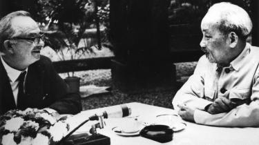 Den australske journalist Wilfred Burchett (tv.) sammen med den nordvietnamesiske leder Ho Chi Minh. Wilfred Burchett, der aldrig lagde skjul på sine stærkt venstreorienterede sympatier, valgte ubetinget side til fordel for Vietnam, da landet i 1978 invaderede Cambodja for at fjerne Pol Pot-styret
