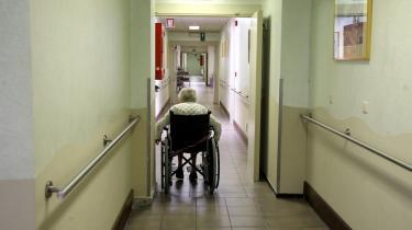 Til hvilken nytte propper vi antibiotika i gamle, demente mennesker. Sygesikringsomkostningerne til patienter med Alzheimers løb i 2005 op i 91 milliarder dollar i USA og forventes at vokse til 160 milliarder dollar i 2010 - til sammenligning brugte USA i 2005 27 milliarder dollar på ulandsbistand.