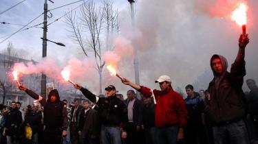 Serbiske demonstranter protesterer mod Kosovos selvstændighed. Såvel serbiske som kosovo-albanske kilder siger, at optøjernene er planlagt af Beograd.