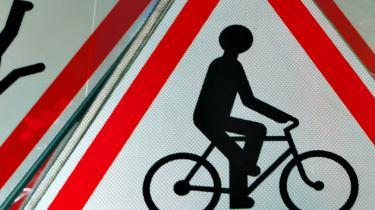 Danskerne kører meget mindre på cykel og mere i bil, end for blot 15 år siden. Det belaster miljøet og folkesundheden. Men regeringen er stærkt tøvende over for fremme af cyklismen