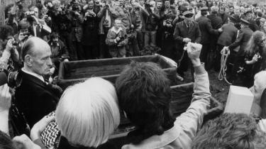 En mand løfter en knyttet kampklar næve ved begravelsen af tre af Rote Armee Fraktions terrorister, Gudrun Ensslin, Andreas Baader og Jan Carl Raspe i Stuttgart i oktober 1977. Den ældre herre til venstre er præsten Helmut Ensslin, Gudrun Ensslins far. De tre blev idømt livstidstraf for mord og terror og andre punkter. De blev fundet døde om morgenen den 18. oktober i deres celler i det særligt bevogtede Stammheim-fængsel i Stuttgart. Raspe og Baader var dræbt af pistolskud.Arkiv