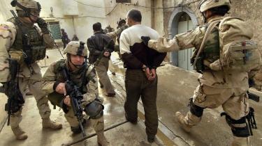 I 2004 kæmpede amerikanske marinesoldater sig frem hus for hus i Fallujah. I dag er der nogenlunde fred i byen - men det er en skrøbelig fred, siger iagttagere.