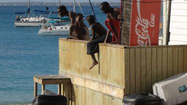 Mangfoldighed. Informations ferierende udsendte mødte lokale med ekvrilibristiske sprogkundskaber på St. Martin i Caribien.