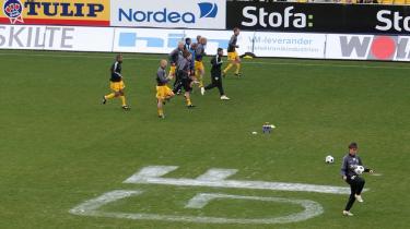 Banditter. Horsens-spillere varmer op på deres eget græstæppe, der natten før kampen havde haft besøg af en håndfuld AGF-fans bevæbnet med hvid plasticmaling. Selv AGF-s træner, Ove Pedersen, måtte trække på smilebåndet over aktionen.