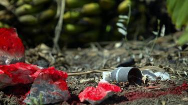 Presset stiger for at få forbudt klyngebomber, som er til fare for civilbefolkningen i årtier efter en krig. Men spørgsmålet er, om alternativet til de kontroversielle bomber er endnu værre