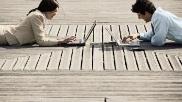 De virtuelle mødesteder, mobiltelefoner, trådløse netværk er på én og samme tid på både problemet og løsningen for det moderne menneskes kontaktbehov. Vi har så travlt med at være -på- og følge med udviklingen, at vi i realiteten slet ikke er til stede.