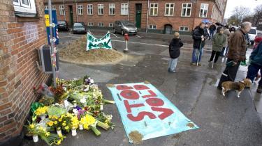 Det 16-årige avisbud Uzgür Dennis Uzun, der onsdag blev overfaldet med en kølle på Amager, døde skærtorsdag kl. 21.45 af sine kvæstelser. Her lægges der blomster til minde om ham langfredag på hjørnet af Polensgade og Lergravsvej på Amager, hvor han blev overfaldet.
