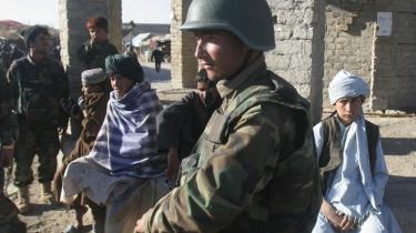 En soldat fra den afghanske hær på patrulje i Musa Qala, som er blevet et pinligt eksempel på den vestligt støttede Karzai-regerings tilsyneladende afmagt og et centrum for tilrettelæggelsen af selvmordsbombeaktioner og væbnede overfald. I sidste uge kostede det blandt andet to danske NATO-soldater livet