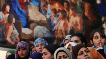 Den egyptiske sekulære muslimske feminist Leila Ahmed mener, at vestlige feministers fokus på sløret er forfejlet: Sløret er ikke mere relevant at bruge som et selvstændigt parameter for undertrykkelse end vestlige kvinders tøj.