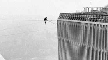 Gennem to banebrydende begivenheder - linegangen på tvillingetårnene og kollapset i 2001 - forbinder bogen på mytologisk vis fortællingen om linedanseren Philippe Petits frygtløse, arrogante livsførelse med historien om World Trade Center.