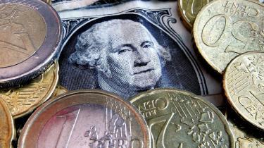 Råolie bliver handlet i dollar, og det er helt afgørende for dollarens status som verdens førende valuta. At flytte oliemarkedet over i euro ville stille et kæmpe spørgsmålstegn ved dollarens rolle som ankervaluta.