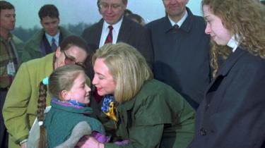 Hillary og Chelsea Clintons stormfulde ankomst til Tuzla i 1996.