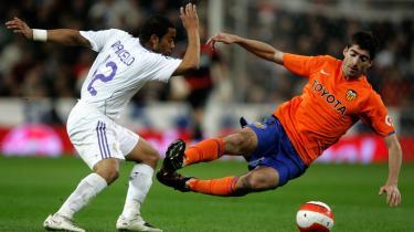 Surt. I spansk fodbold findes der ikke gråzoner. Hver gang, Real Madrid har tabt en kamp eller spillet uafgjort - og det har de gjort en del på det sidste - skriger medierne om krisemøde og fyringstrusler. Som nu i søndags efter 2-3-kampen mod Valencia. Madrid har tabt syv ud af 10 mulige kampe i helvedesmåneden februar.