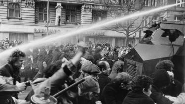 1968. Vandkanoner spreder demonstrerende unge på Kurfürstendamm i Vestberlin den 12. april 1968. I Tyskland var 1968 en forsinket krigsoplevelse. Det var teorifanatisk, og det var slet ikke gladt og hippie-agtigt, siger historikeren Gerd Koenen.