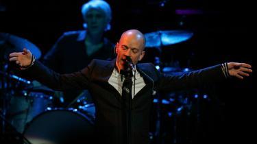 R.E.M. -med Michael Stipe i spidsen (på billedet) - overrasker saftsuseme, fordi de pludselig kommer med et album så vitalt og livsbekræftende som -Accelerate-. En mærkbar forbedring ovenpå 2004-s matte -Around the Sun-, hvor vi var parate til at forfatte gruppens gravskrift.