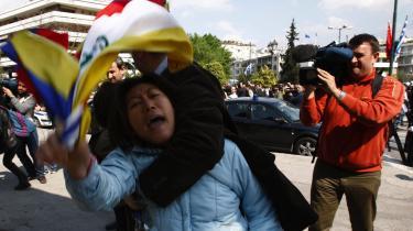 En pro-tibetansk demonstrant arresteres uden for det stadion i Athen, hvor den olympiske ild i går blev overrakt til de kinesiske OL-værter.