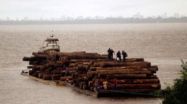 En flodpram transporterer tømmer fra regnskoven i Brasilen op ad Amazonas-floden. I fremtiden vil man tjene penge på at lade træerne i rengskoven stå i stedet for at fælde dem.