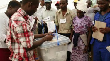 Opposition og regering ligger side om side viser de første resultater fra stemmeoptællingen i Zimbabwe