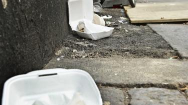 Gamle pizzabakker, kondomer, kasserede plasticposer, stort og småt skrald hober sig op, hvor vinden efterlader det. Ufatteligt. Svineriet udspringer dels af skattestoppet og den deraf følgende prioritering; dels af Københavns kommunes altid så mærkelige distance fra indbyggerne.