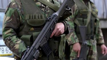Der var ikke stor begejstring at spore i og omkring NATO over de to nye medlemmer, Kroatien og Kosovo, hvilket egentlig er underligt, fordi NATO-s krise i høj grad bunder i Kosovo-krigen. Her ses to portugisiske fredsbevarende soldater i den serbiske del af den delte by Mitrovica i Kosovo.