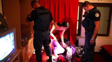 Kosovo er en guldgrube for sexindustriens købmænd, der dels står bag bordeller i landet, og dels leverer unge piger til menneskesmuglere og kvindehandlere, der sender pigerne til Vesteuropa. Ekstra Bladet følger her en politirazzia med en aktionsstyrke fra Kosovospoliti mod et bordel i Pristina