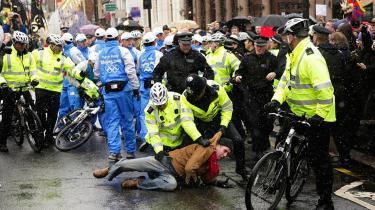 Britisk politi overmanden en demonstrant, der forsøger at fravriste den olympiske fakkel fra den britiske tv-oplæser Konnie Huq under hendes løbetur igennem London i går.