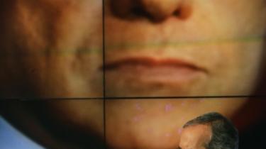 Walter Veltroni har, siden han som 13-årig deltog i en studenter-demonstration for en undervisningsreform, haft tilnavnet -unge Walter-. Han var også unge Walter, da han som blot 21-årig blev valgt ind i byrådet i Rom. I dag bruger hans modkandidat i den italienske valgkamp, Silvio Berlusconi, stadig øgenavnet. Her er Veltroni i et tv-show, hvor Berlusconi toner frem på storskræmen bagved.