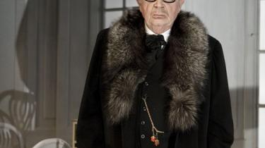 Jørgen Reenberg vækker Påske-tilskuerne med sin svirpende karisma og sine spydige fnys. Stokken er kun til pynt - og ikke engang til at slå med. For Reenberg kommer med kærlighed.