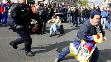 Demonstrationer imod Kina stjal i går billedet, da den olympiske ild skulle igennem Frankrigs hovedstad, Paris.