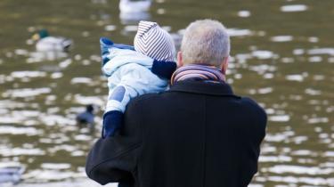 Arbejdspladserne burde gøre barselsrammerne nemmere for nybagte fædre, mener dagens kronikør. Model