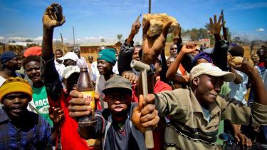 Lost boys. I den kenyanske flygtningelejr Kakuma bor der stadig omkring 80.000 flygtninge og fordrevne, hvoraf hovedparten kommer fra Sydsudan. Det var her Valentino Achak Deng tilbragte 10 år af sit liv, inden han kom til USA, der tog imod 4.000 af de såkaldte 'Lost boys of Sudan'. De fortabte drenge fik deres navn, efter at flere end 27.000 drenge blev gjort fordrevne og forældreløse af krigen mellem Nord- og Sydsudan, der varede fra 1983 til 2003 og kostede omkring to millioner mennesker livet. Den helt oversete gruppe i historien om Sudans fortabte drenge er Sudans fortabte piger. Mens drenge blev separeret som gruppe, både i flygtningestrømmene og -lejrene, blev pigerne fordelt rundt i flygtningesamfundet og hos nye familier og grupper, der tog sig af dem efter egen evne og forgodtbefindende. Her lever mange af dem et svært liv uden omverdenens bevågenhed.