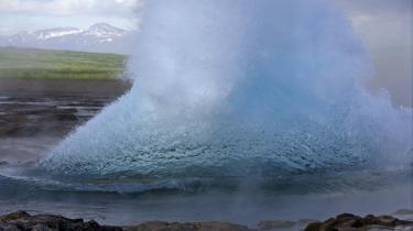 Er den islandske økonomi på vej mod overophedning? Islændingene skyder skylden på spekulanter. Andre mener, islænderne selv er skyld i nedturen. Her er det den islandske undergrund, der koger over i en gejser.
