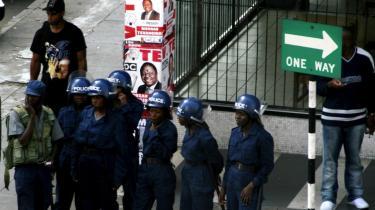 Kampklædt politi patruljerede i går i Zimbabwes hovedstad, Harares, gader.