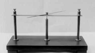 Opdagelser og erkendelser kommer til veje på uransagelige måder. Dette apparat blev f.eks. brugt til at bevise eksistensen af et magnetfelt af fysikeren H.C. Ørsted (1777-1851).
