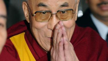 Den tibetanske eksilleder, Dalai Lama, er en romantisk figur og mediedarling, og tibetanernes religion og ikkevold vækker sympati. Men hvad gør en tibetaners blod rødere end tusindvis af afrikaneres blod i Øst-Congo? Svaret er bl.a. at verdens medier er fulde af hykleri