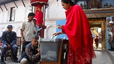 En nepalesisk kvinde afgiver sin stemme ved valget i går.