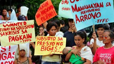Uro. I Filippinerne går 50 procent af det samlede forbrug til mad. FN advarer om, at der er fare for, at uroligheder vil bryde ud i alle lande, hvor 50-60 procent af indkomsten går til mad. Her protesterer en række filippinske borgere foran Landbrugsministeriet i hovedstaden Manila. De kræver, at regeringen løser den nuværende riskrise.