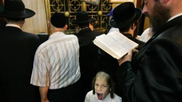 En sag om grov mishandling af børn - efter anvisninger fra en rabiat, selvbestaltet rabbiner - chokerer i Israel. Nu debbatterer man, hvor lang snor de ultrareligiøse bør få.Model