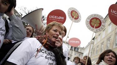 Demonstranter fra Sundhedskartellet dannede ramme om forhandlinger i Forligsinstitutionen i går. Deres krav om mere i løn betyder konflikt på sundhedsområdet fra den 16. april, hvor også social- og sunhedshjælperne går i strejke. Derimod ser det ikke ud til, at der bliver brug for at tage børnene med på arbejde under en strejke - BUPL tygger på et mæglingsforslag.