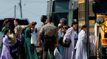 Her eskorterer de amerikanske myndigheder kvinder og børn, der tilhører den fundamentalistiske Jesu Kristi Kirke af Sidste Dages Hellige væk fra ranchen Zions Længsel i Texas.