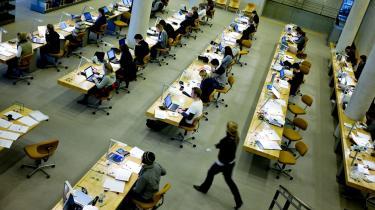 Der er to veje at gå for at give de studerende mulighed for at leve blot tåleligt, mener formanden for DJØF Studerende. Man kunne regulere SU-en i takt med lønudviklingen. Eller i højre grad få de studerende til løfte blikket fra studiebøgerne for i endnu større grad at tage del i arbejdsmarkedet. Sidstnævnte synes at besjæle regeringen.
