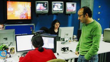 Fra en forstad til Bruxelles producerer Roy-tv dagligt kurdisk fjernsyn til seere i over 70 lande. Roy-tv, der også sender fra København, er blevet kaldt en -kriminel organisation-, men der er aldrig faldet en dom i Tyrkiet, der stempler Roj-tv som en kriminel organisation. Mange tyrkere opfatter ganske vist Roj-tv og PKK, der står på EU-s og USA-s terrorlister, som to sider af samme sag, men det er aldrig blevet bekræftet af en domstol.