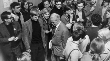 Midtpunkt. Studenterdemonstration 1968. Ungdomsoprørerne besætter Københavns Universitet. Her ses studenterne sammen med rektor Mogens Fog i med en smøg.