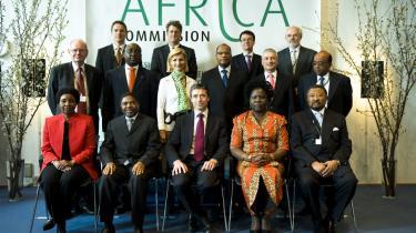 Onsdag blev det første møde i regeringens Afrika-kommission holdt i Eigtveds Pakhus i København. Til stede var blandt andet Robert Calderisi, som er kendt for sine krav om resultatorienteret u-landsbistand. Han står næstyderst til højre på midterste række.