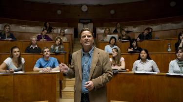 En ny tørt ironisk tone lyder i den debuterende Christian Dyekjærs satire-pletskud om akademikeres magtintriger, 'Spillets regler'