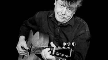 Trubaduren Benny Holst fejrer sit 40-års jubilæum med en fornem udgivelse, der både indeholder nyfortolkninger af hans egne klassiske viser samt et par spritny sange